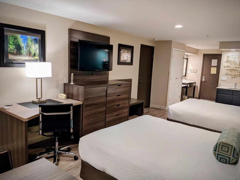 Yosemite Southgate - 2 Queen Bed Room Has a Work Desk Perfect for Business Travelers