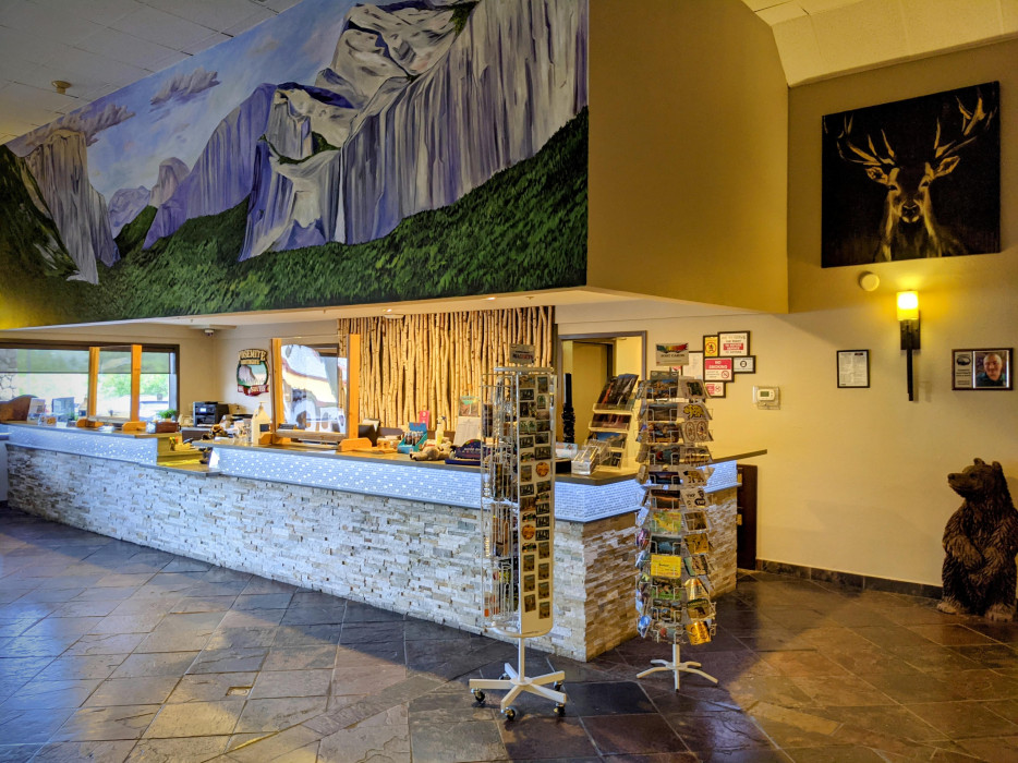 Yosemite Southgate - Guest Registration Counter and Gift Shop Area