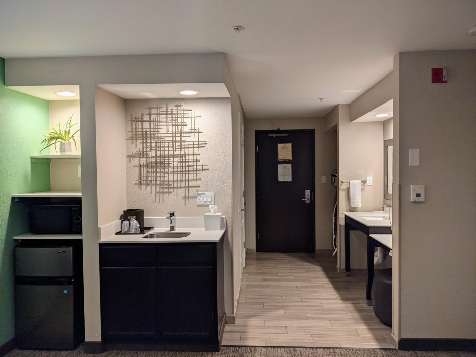 King Mini Suite Accessible - Roll In Shower